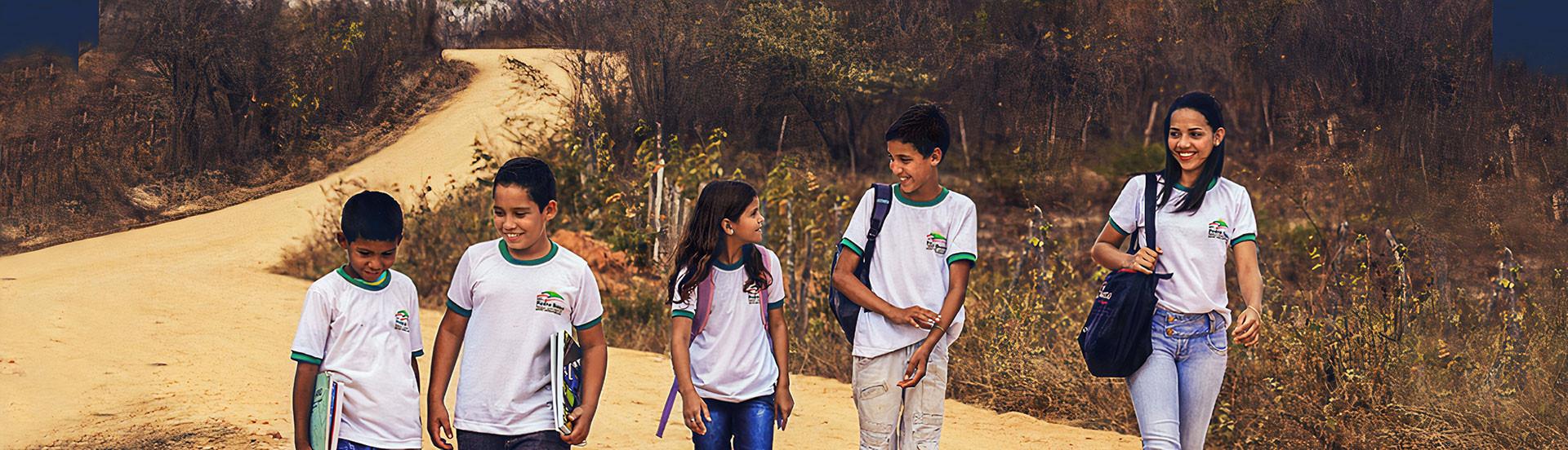 Crianças a caminho da escola
